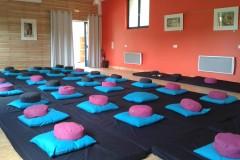 stage de yoga dans la salle d'activité des Gîtes de Briandes